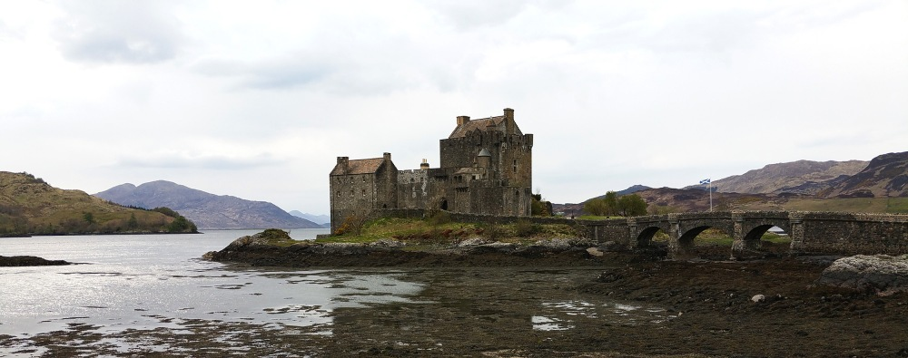 route-to-skye-highlands-castle-loch-mountains-roadtrip-scotland-whiskyspeller-scotland-2016-01
