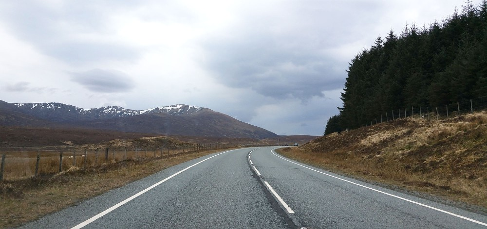 route-to-skye-highlands-castle-loch-mountains-roadtrip-scotland-whiskyspeller-scotland-2016-02-17